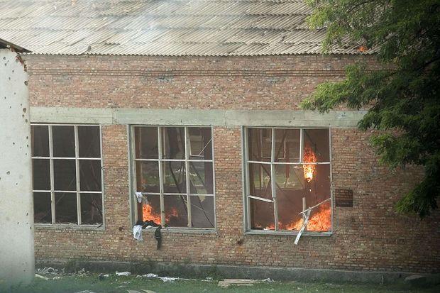 """""""Puis une nouvelle explosion se produit, provoquant l'effondrement du toit et un incendie terrifiant. Les flammes vont s'éteindre, la fumée se dissiper. Dans le gymnase de l'horreur, plus le moindre signe de vie."""" - Paris Match n°2886, 9 septembre 2004"""