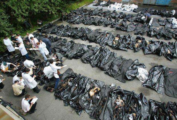 """""""A Vladikavkaz, la capitale, les secouristes et le public tentent de donner un nom à chacune des centaines de victimes qui ont été alignées sur le sol de ciment."""" - Paris Match n°2886, 9 septembre 2004"""