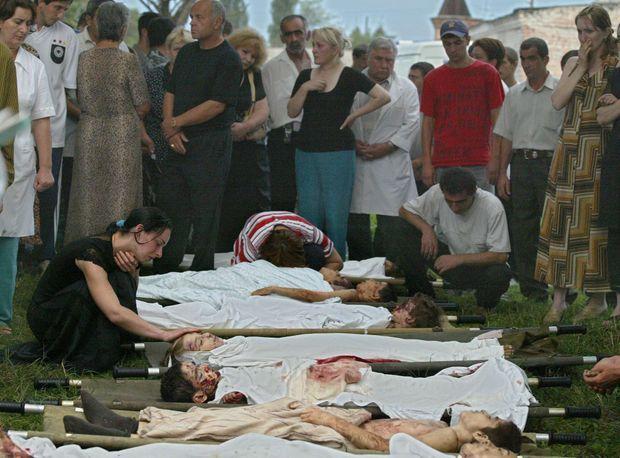 """""""Heure après heure, les cadavres arrivent à la morgue sur des brancards."""" - Paris Match n°2886, 9 septembre 2004"""