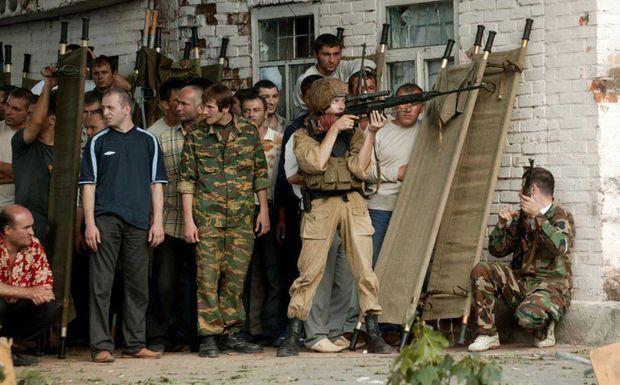 Des civils, souvent armés, se sont mêlés aux forces de sécurité qui encerclent l'école de Beslan.