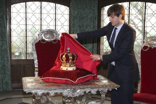 Le prince Ernst August de Hanovre dévoile la couronne des rois de Hanovre au château de Marienburg, le 11 avril 2014