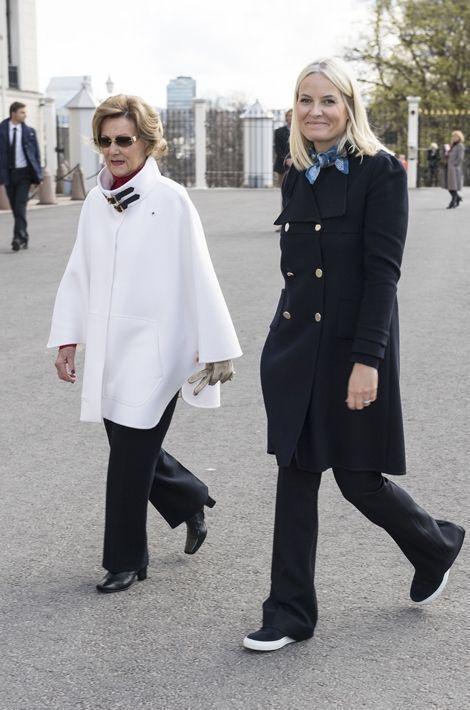 La reine Sonja et la princesse Mette-Marit de Norvège à Oslo, le 25 avril 2016
