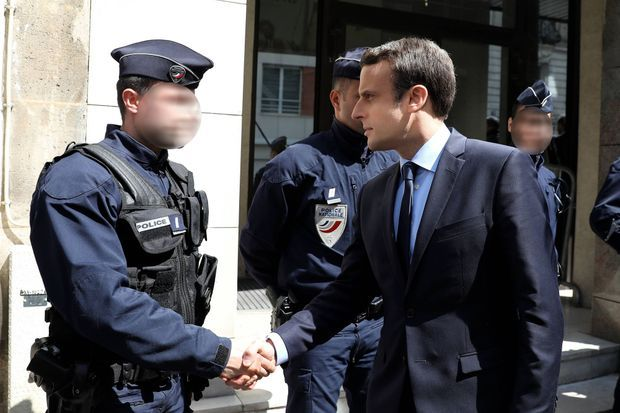 Emmanuel Macron est venu saluer les agents de police en faction devant son QG de campagne à Paris, le 21 avril 2017