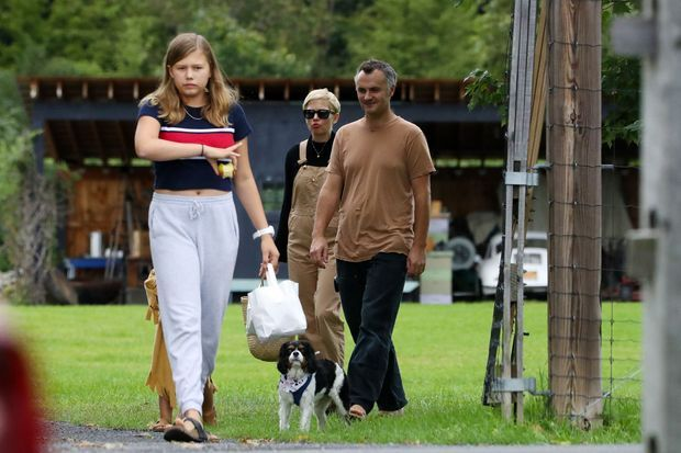 Michelle Williams et sa fille Matilda lors d'une promenade avec Phil Elverum en septembre 2018 à New York. Le couple a rompu quelques mois plus tard après s'être secrètement marié au cours de l'été.