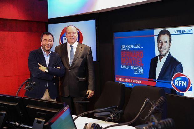 """Le prince Albert II de Monaco avec Bernard Montiel dans les studios de """"RFM"""" à Paris, le 2 avril 2019"""