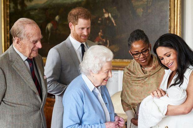 Meghan présente Archie à la reine Elizabeth II, au prince Philip et à sa mère Doria peu de temps après sa naissance, en mai 2019