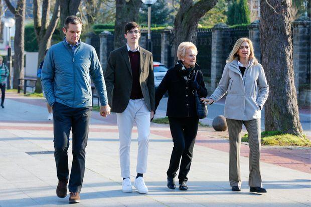 Iñaki Urdangarin avec sa mère , sa femme la princesse Cristina d'Espagne, et l'un de leurs fils à Vitoria, le 25 décembre 2019 lors de sa permission de quatre jours pour Noël