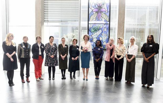 La reine des Belges Mathilde avec les femmes rencontrées à Louvain, le 11 mars 2020