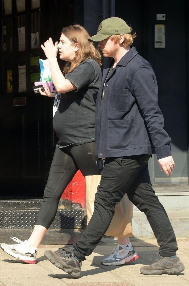 Georgia Groome (enceinte) et Rupert Grint en avril 2020 à Londres