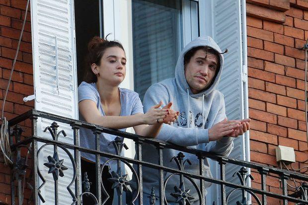 Maria Pedraza et Jaime Lorente à la fenêtre de leur domicile à Madrid en avril 2020