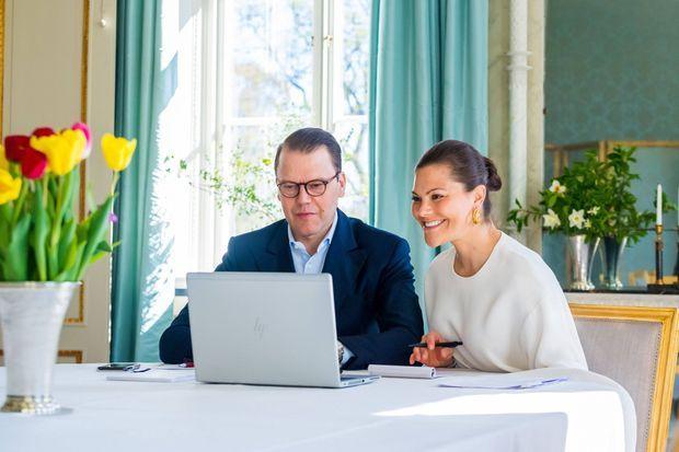 La princesse héritière Victoria de Suède et le prince consort Daniel à Solna, le 23 avril 2020