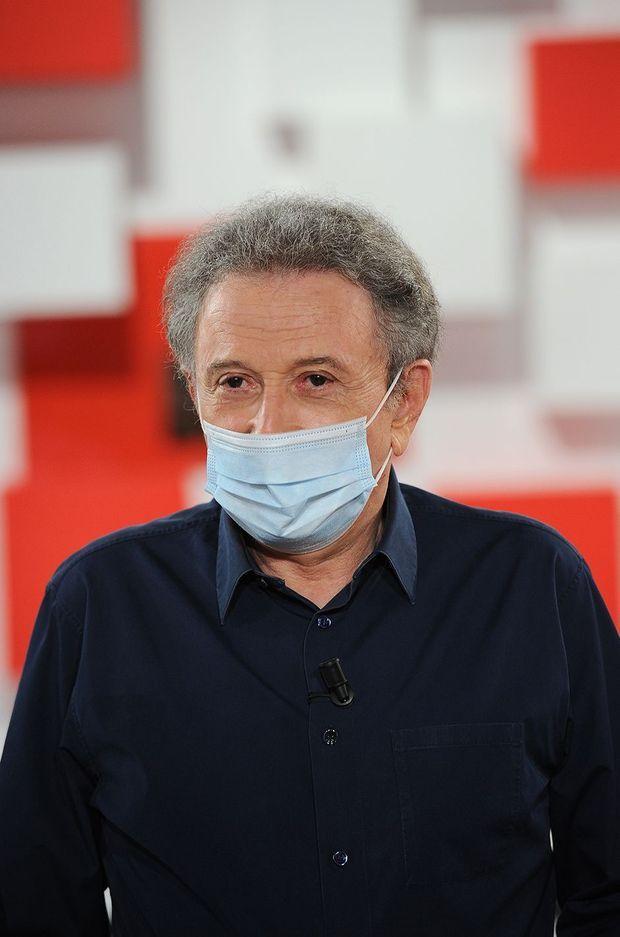 """Michel Drucker le 13 mai 2020 sur le plateau de son émission """"Vivement dimanche"""""""