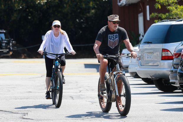 Arnold Schwarzenegger et sa compagne Heather Milligan à vélo à Los Angeles en 2020.