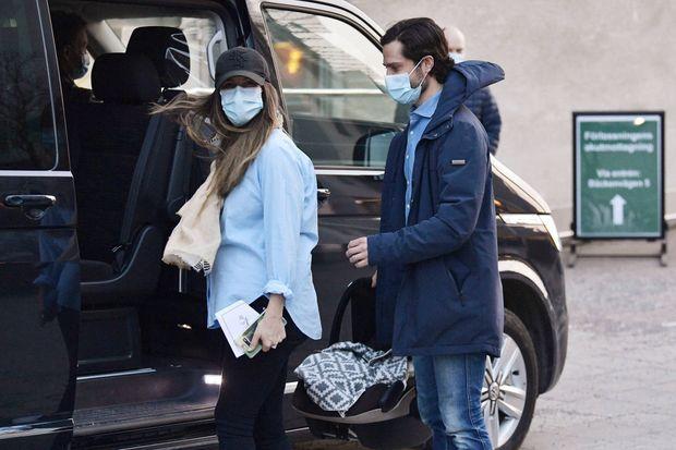 La princesse Sofia sort de la maternité avec son bébé et le prince Carl Philip, le 26 mars 2021