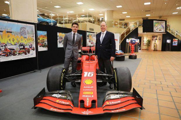 Le prince Albert II avec Charles Leclerc lors de l'arrivée de sa Ferrari SF90 à la Collection de voitures de SAS Le Prince de Monaco, le 11 avril 2021