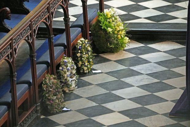 Plusieurs couronnes de fleurs ont été déposées par des membres de la famille royale pour les funérailles du prince Philip, le 17 avril 2021