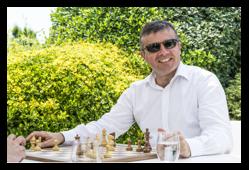 Gilles Betthaeuser en mode détente avant le tournoi professionnels amateurs, où il fera équipe avec Garry Kasparov le 20 juin 2017.