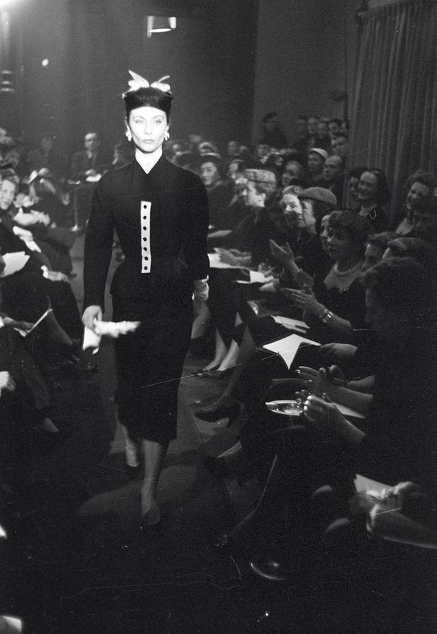 Défilé pour Hubert de Givenchy. Bettina n'est pas seulement le mannequin vedette du couturier, elle l'aide à lancer sa première collection, en 1952.