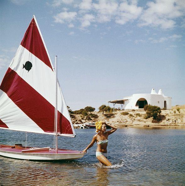 Vacances à Liscia di Vacca, en Sardaigne, en 1964. Quatre ans après la mort de son prince, Bettina traîne sa langueur... et son nouveau « yacht ».