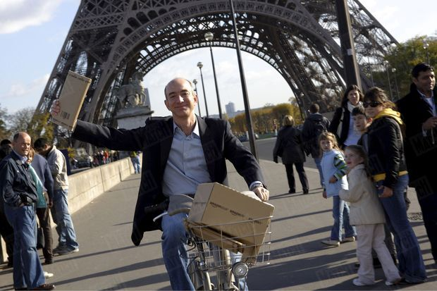 « Jeff Bezos a trouvé une nouvelle manière de livrer les produits Amazon à Paris : le Vélib' ! » - Paris Match n°3053, 22 novembre 2007