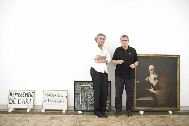 BHL et Olivier Kaeppelin, devant les oeuvres de Guy Debord, Gabriel Pomerand et le « Platon » de Luca Giordano.
