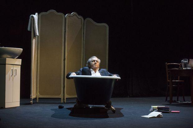 Bernard-Henri Lévy a fait un saut dans la baignoire, sur scène.