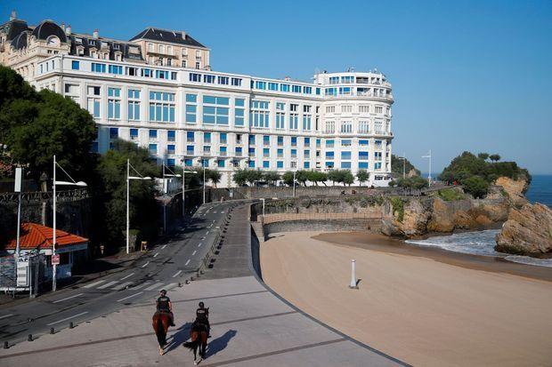 A Biarritz, devant le Bellevue, deux policiers, aucun touriste, samedi matin.