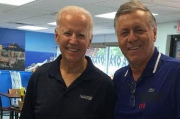 """Joe Biden et Antonis Matulas dans le restaurant de ce dernier, """"Opa ! Opa !"""", à Wilmington, en 2019"""