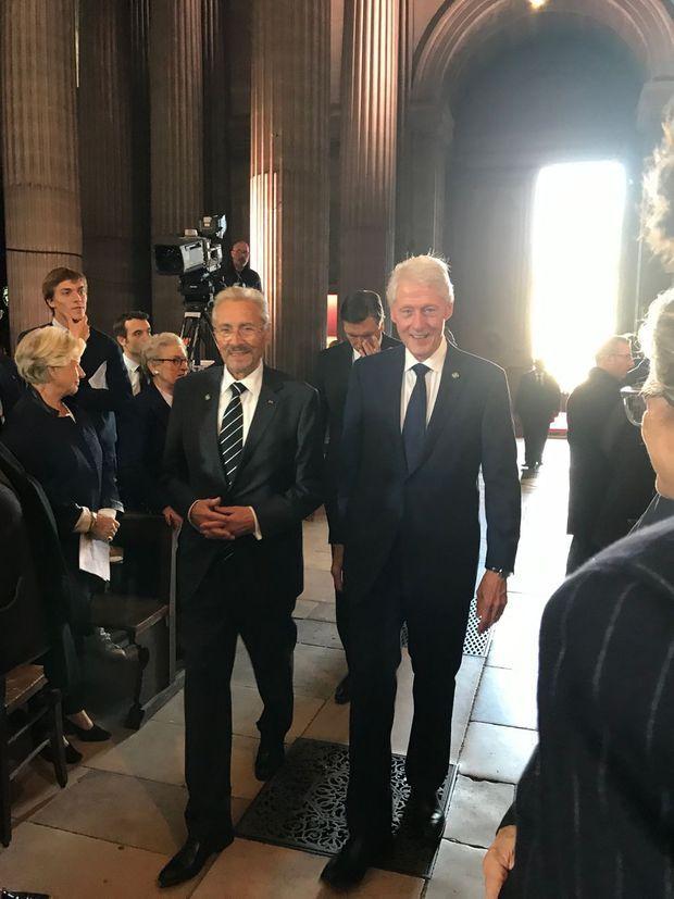 Bill Clinton à l'intérieur de l'église Saint-Sulpice, lundi.