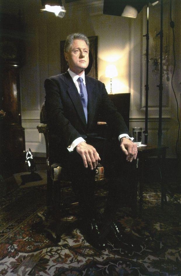 Le 17 août 1998, par l'intermédiaire de la chaîne interne de la Maison-Blanche, Bill Clinton s'apprête à se confesser devant le grand jury.