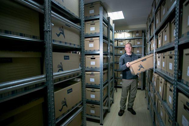 Bill Wiley, patron de la Cija, dans la salle d'archives climatisée de l'institution, où plus de 1 million de documents sont répertoriés.