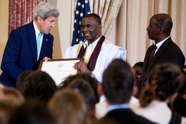 Le secrétaire d'Etat John Kerry qualifie Biram Dah Abeid (au centre) et Brahim Bilal Ramdhane (à droite) de héros pour la lutte contre l'esclavage. Le 30 juin 2016 à Washington.