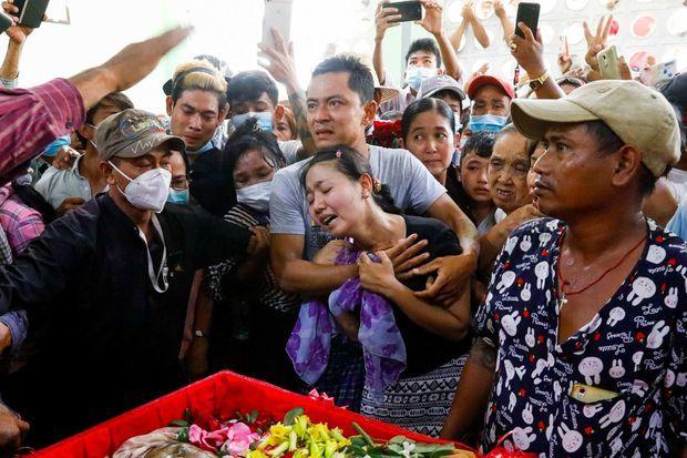 Les funérailles de Zaw Myat Linn, militant de la Ligue nationale pour la démocratie, le parti d'Aung San Suu Kyi, décédé en détention à Rangoun, le 11 mars 2021.