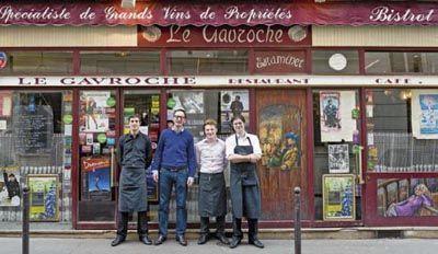 Au Gavroche, chez Nicolas Decatoire (deuxième en partant de la gauche), on pèle chaque jour 20 kilos de pommes de terre pour les frites fraîches parmi les meilleures de Paris.