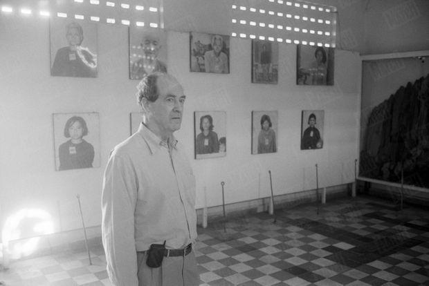 François Bizot dans l'ancienne prison S-21 de Phnom Penh, en 2000. La bâtisse abrite aujourd'hui le Musée du génocide Tuol Sleng.
