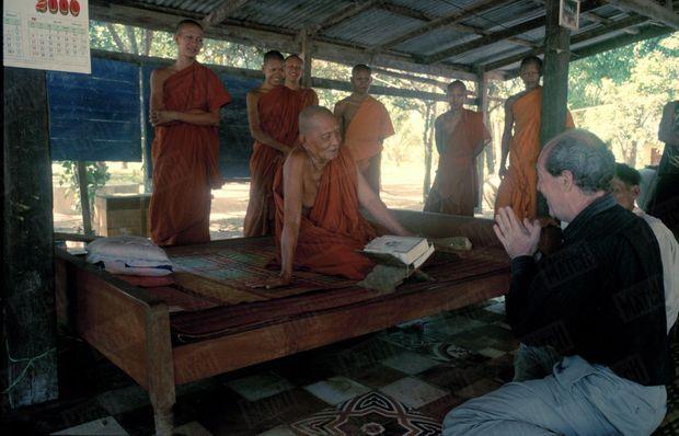 """«Les retrouvailles avec Ta Hieng, le moine qui savait que le Français allait être arrêté par les Khmers rouges. """"Je n'osais pas te le dire""""» - Paris Match n°2675, 31 août 2000"""