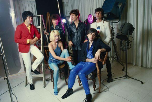 Blondie en 1979 avec, debout de g. à dr., Clem Burke, Nigel Harrison, Jimmy Destri et Frank Infante. Assis au côté de Debbie Harry, Chris Stein.