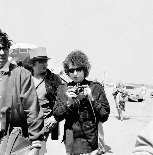 Bob Dylan arrive à l'aéroport du Bourget, le 22 mai 1966.