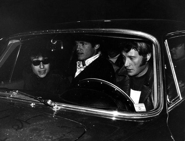 Bob Dylan en compagnie de Johnny Hallyday, après son concert à l'Olympia, en mai 1966.