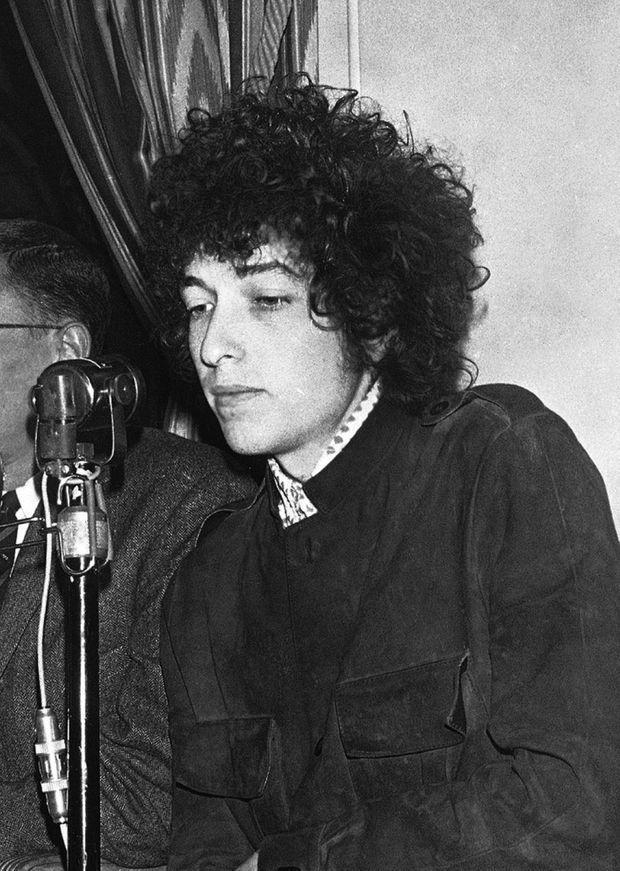 Bob Dylan donne une conférence de presse à l'hôtel George V à Paris, avant son concert à l'Olympia en mai 1966.