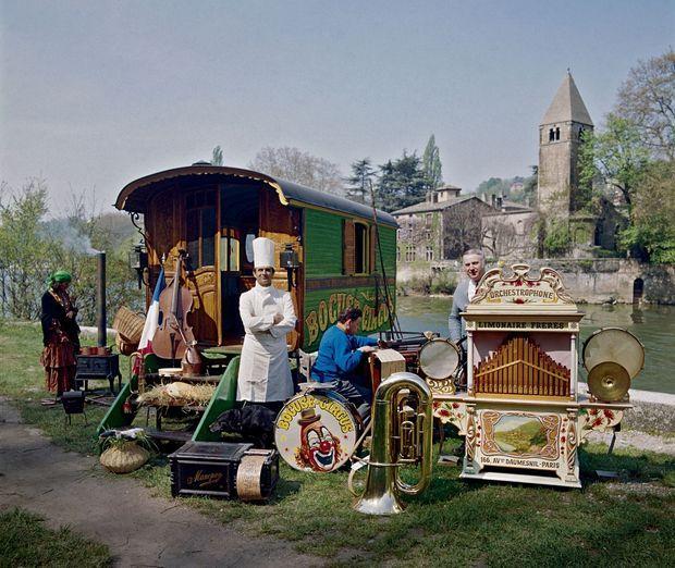 Devant son abbaye à Collonges, avec une partie de sa collection d'objets et d'instruments de musique de cirque.