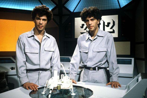"""Igor et Grichka Bogdanoff dans l'émission """"2002, odyssée du futur"""" en 1982."""