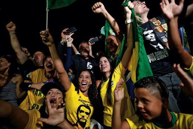 La liesse des « Bolsonarianos » à l'annonce des résultats devant le Congrès de Brasilia, le 28 octobre.