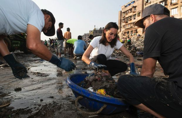 Sur le front de mer, comme frappé par une mousson de détritus. En réalité, certains habitants de Bombay ont pris l'habitude de transformer les criques en décharges
