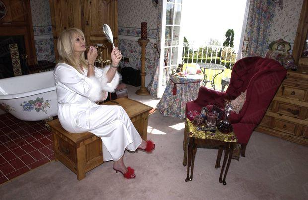 « Pour sa salle de bains, Bonnie a déniché une baignoire à l'ancienne. Pour ses tenues d'intérieur, elle préfère le glamour, avec un déshabillé soyeux et des mules très hollywoodiennes. » - Paris Match n°2873, 10 juin 2004