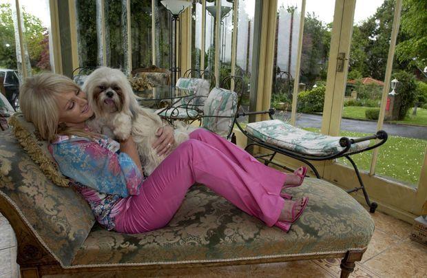 « Dans son jardin d'hiver, bien utile pour narguer le temps pluvieux du pays de Galles, avec Nelly. Quand elle part en tournée, elle la confie à sa sœur Angela, qui habite tout près. » - Paris Match n°2873, 10 juin 2004