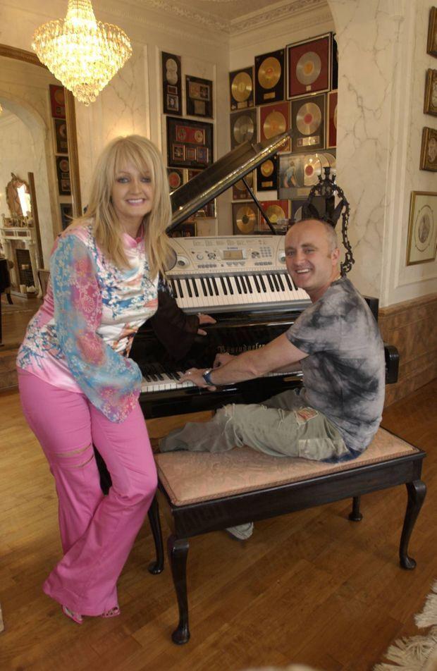 « Quand Bonnie chante, son neveu Christopher l'accompagne au piano, dans la salle de musique. » - Paris Match n°2873, 10 juin 2004