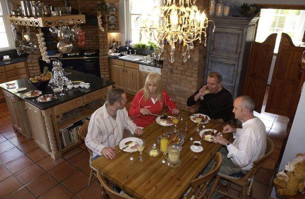 « Copieux petit déjeuner gallois pour Bonnie, Robert, Christopher et son ami. La cuisine est une pièce importante pour Bonnie, qui est un vrai cordon-bleu. » - Paris Match n°2873, 10 juin 2004