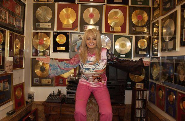 « C'est dans la salle de musique que la rockeuse conserve ses nombreux disques d'or et de platine, accumulés au cours de vingt-huit ans de carrière. » - Paris Match n°2873, 10 juin 2004