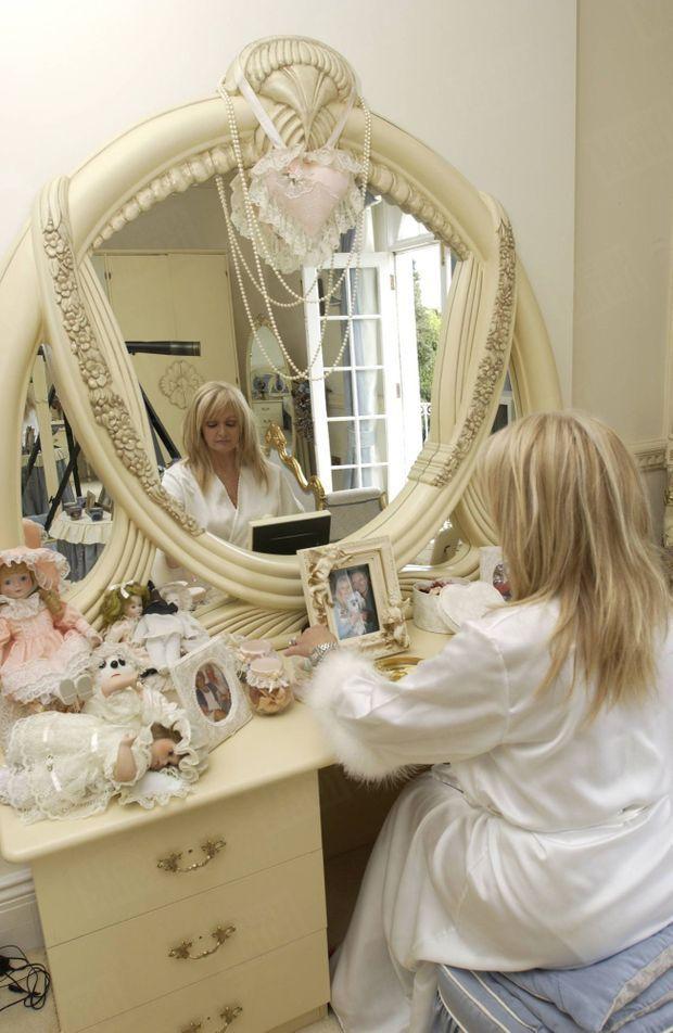 « La fille du mineur a fait de sa maison de Swansea un temple du kitsch. » - Paris Match n°2873, 10 juin 2004